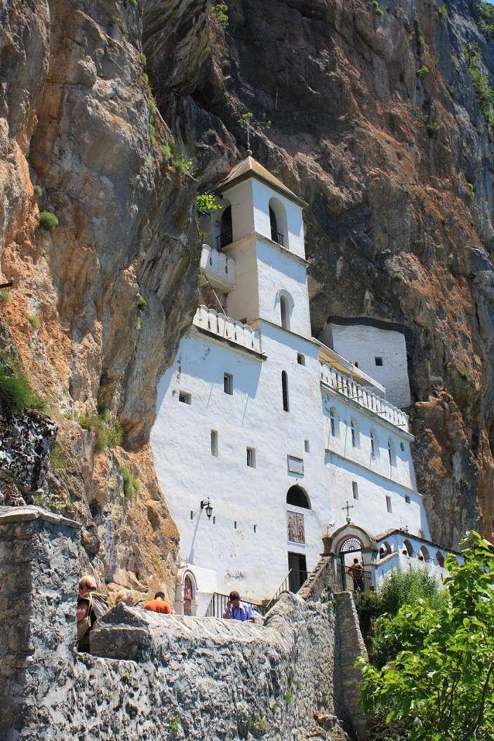 Фото: сербский действующий монастырь в Черногории