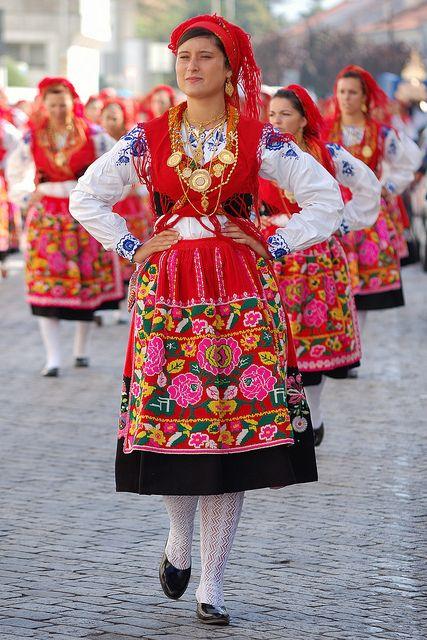 Фото: женщина в португальском костюме