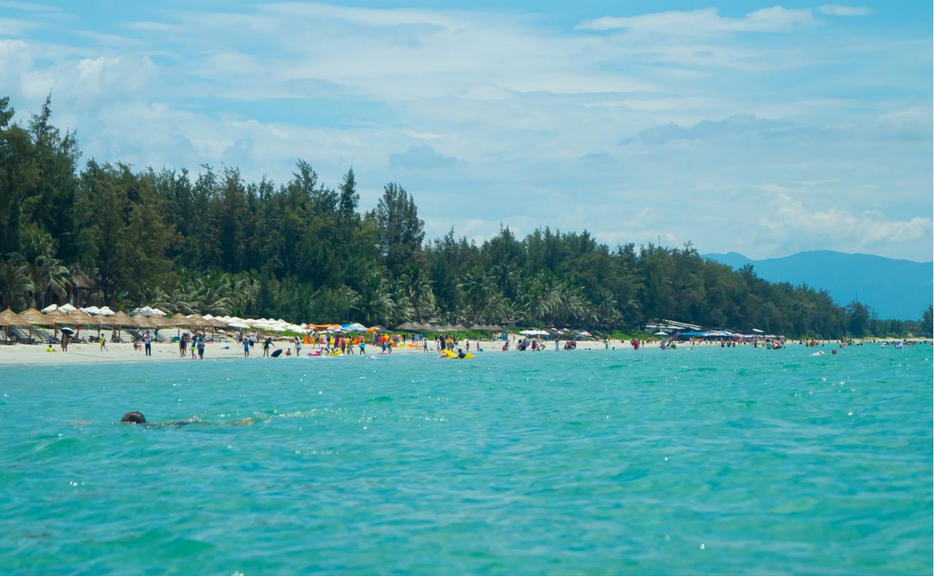 Вид с моря на пляж