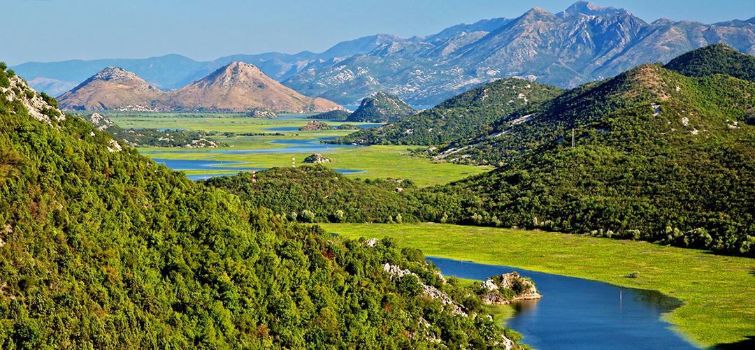 Скадарское озеро и горы
