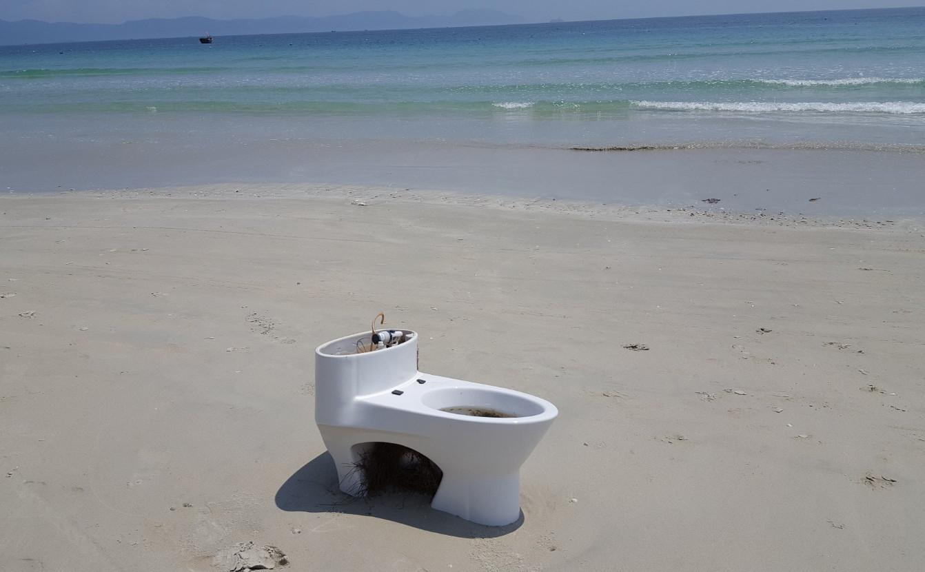 Фото: унитаз на пляже