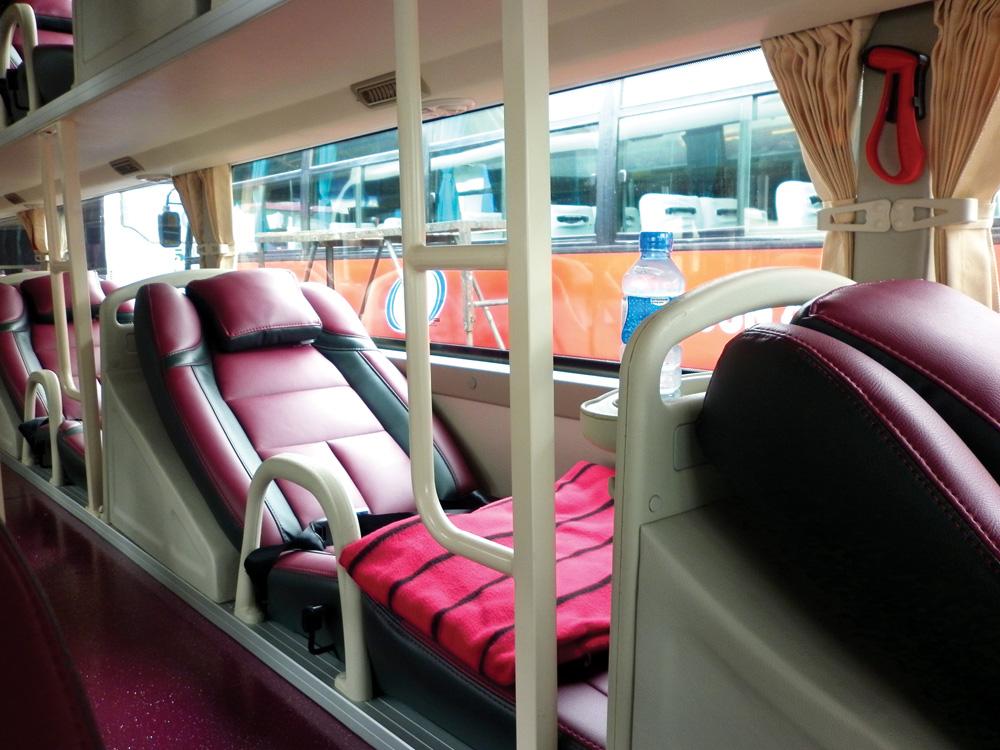 Фото: лежачие кресла в автобусе