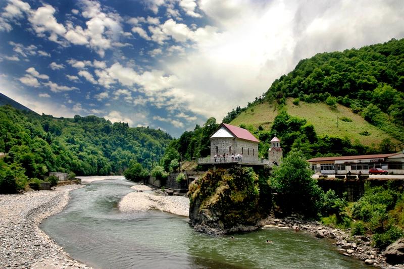 Фото: река вгорах Аджарии
