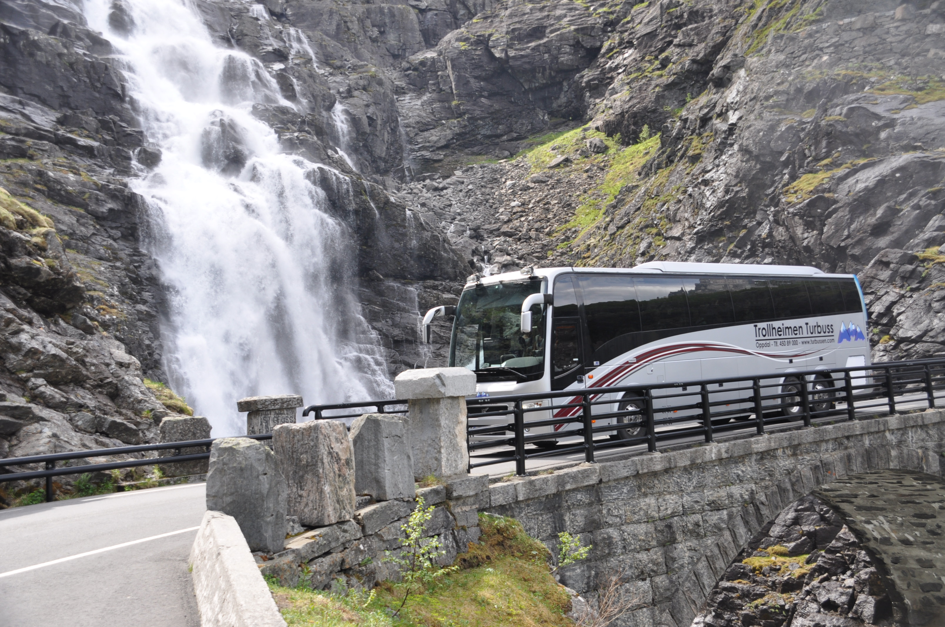 Автобус возле водопада