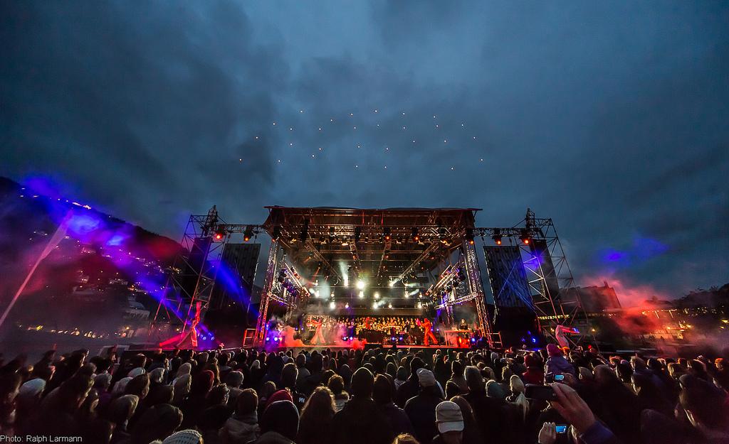 Сцена под открытым небом на фестивале музыки