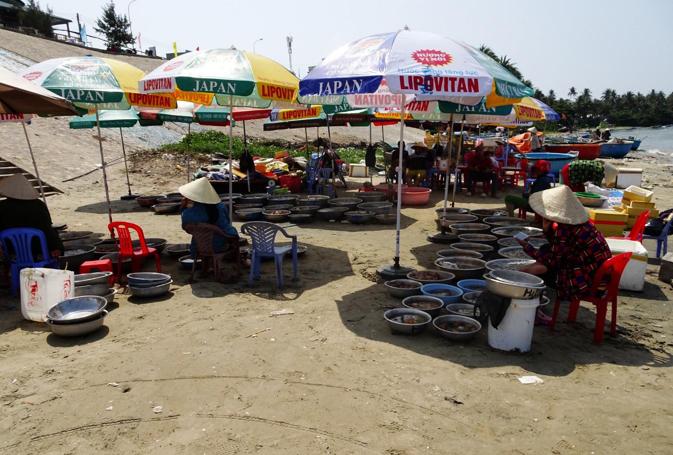 Торгуют рыбой и морепродуктами прямо на берегу гавани