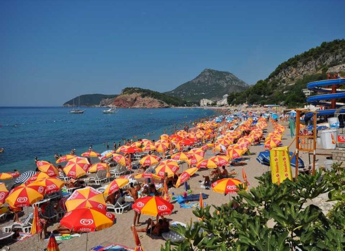 Лежаки с зонтиками на Сутоморе