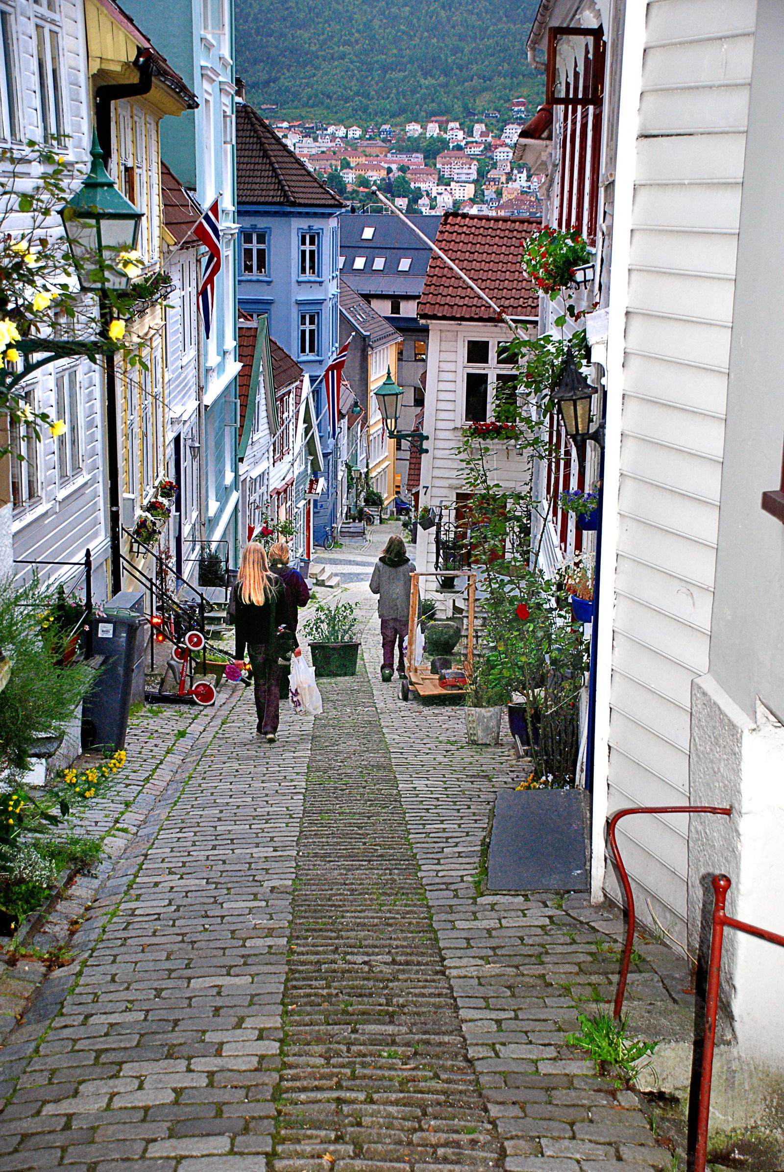 Улица города с белыми домиками