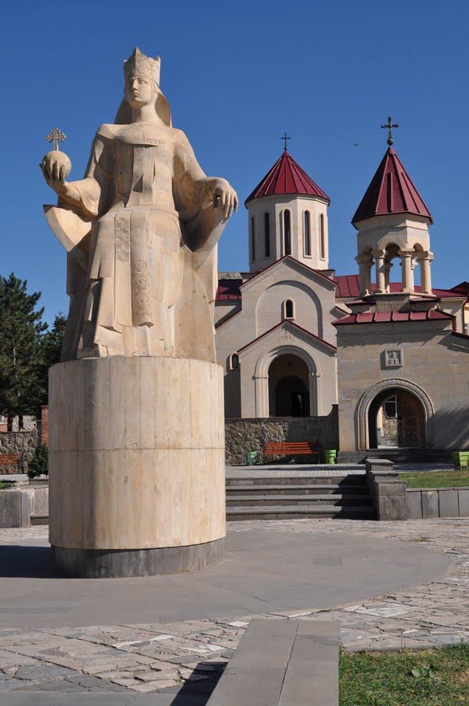 Достопримечательность в центре Ахалцихе: статуя Царицы Тамары