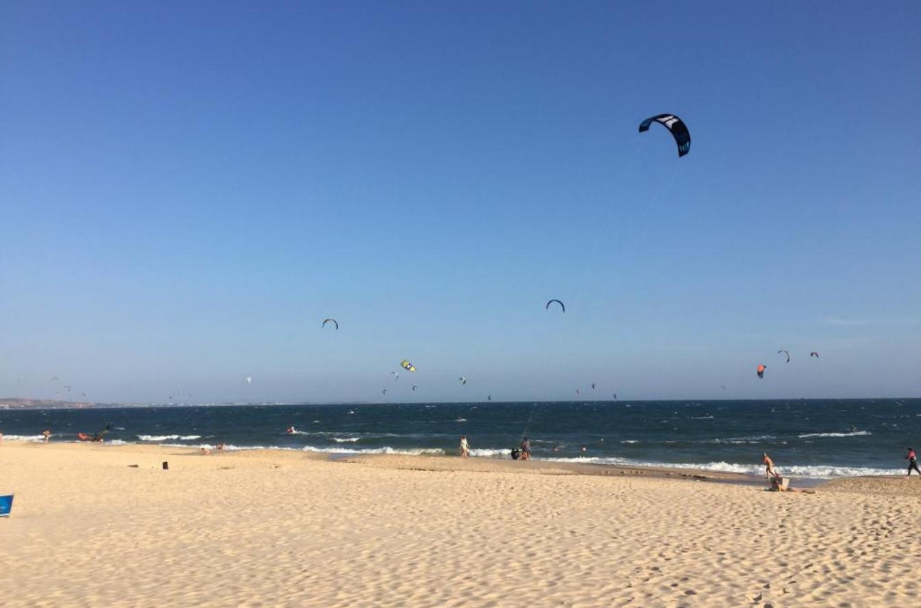 Фото: кайтсёрферы на центральном пляже