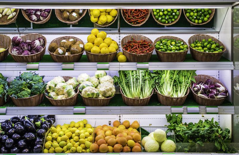 Овощная полка в супермаркете