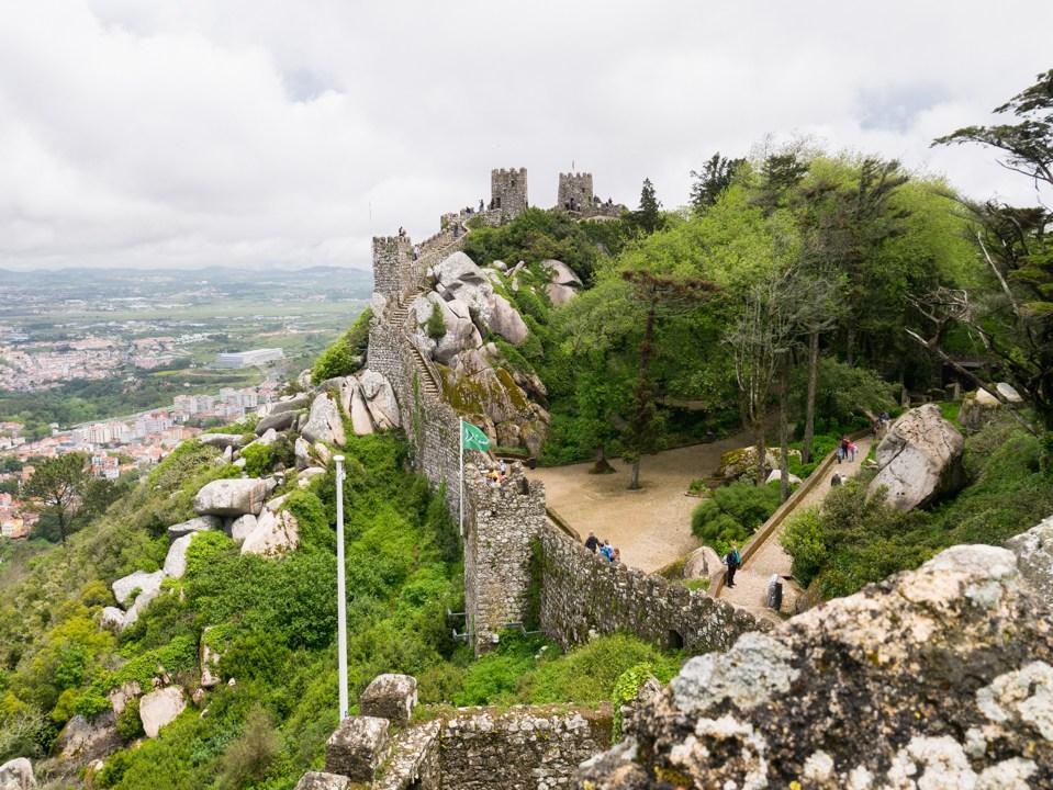 Стена замка и парк внутри