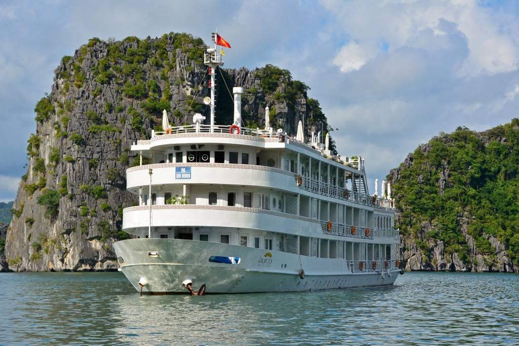 Фото: корабль в заливе Халонг