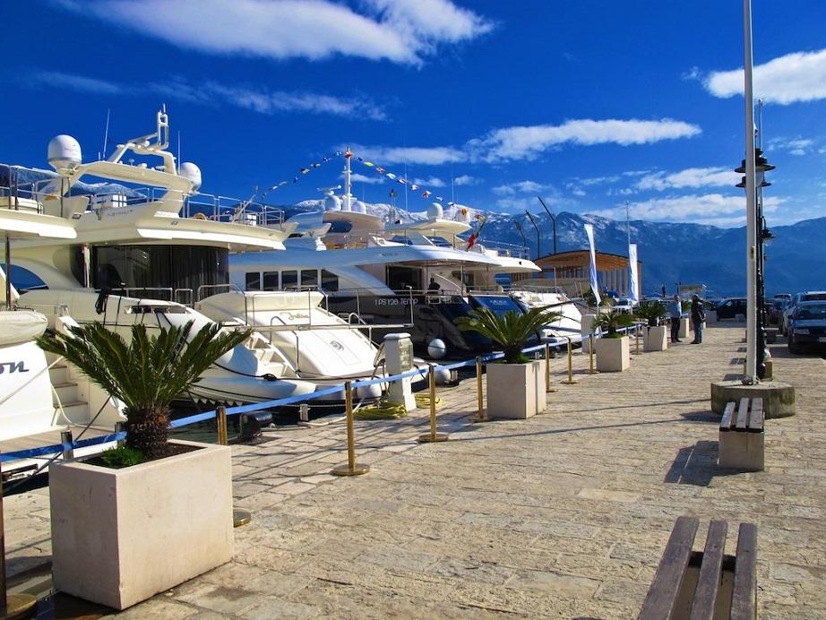 Набережная города с яхтами