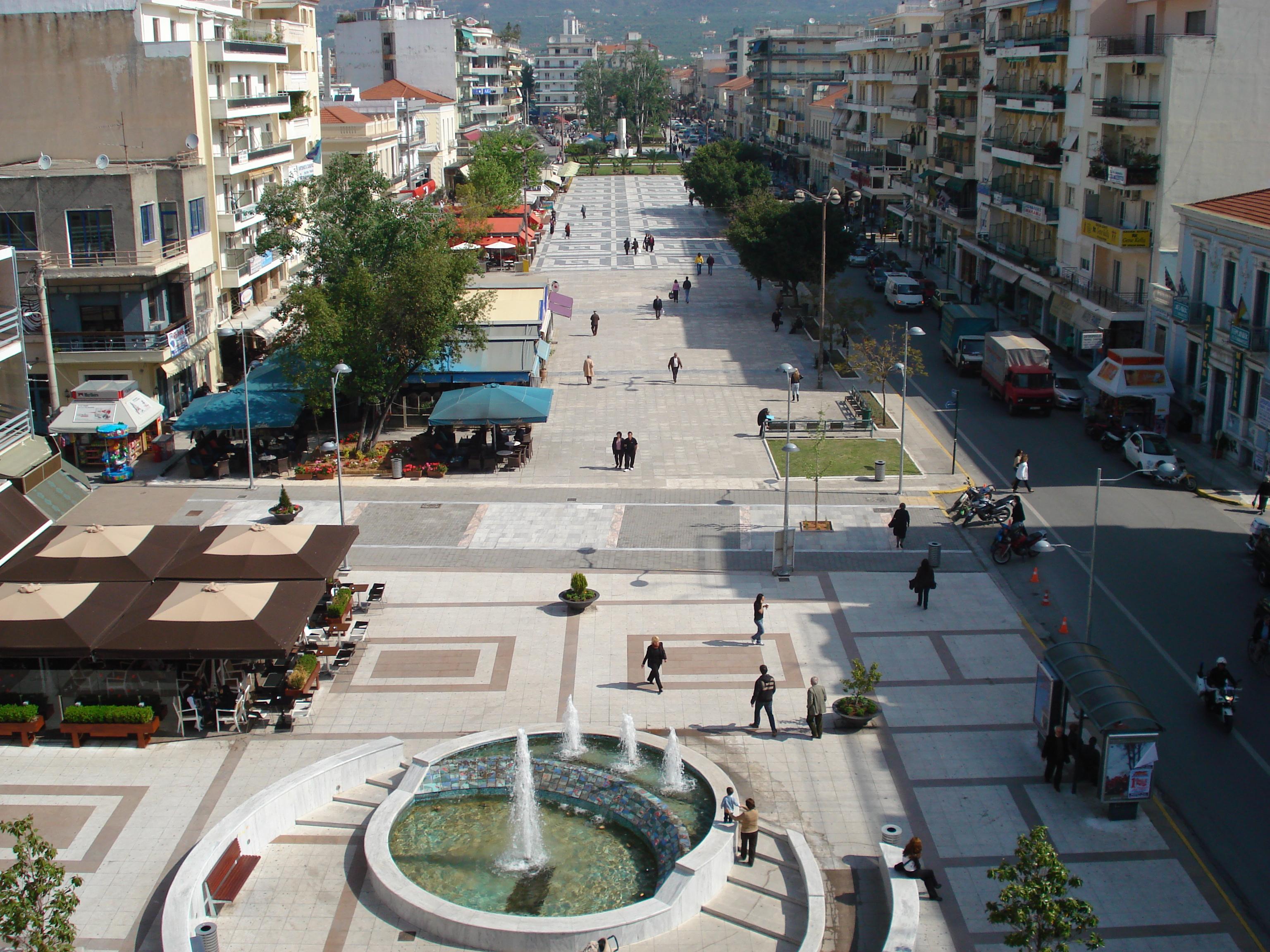 Туристическая улица с магазинами и ресторанами