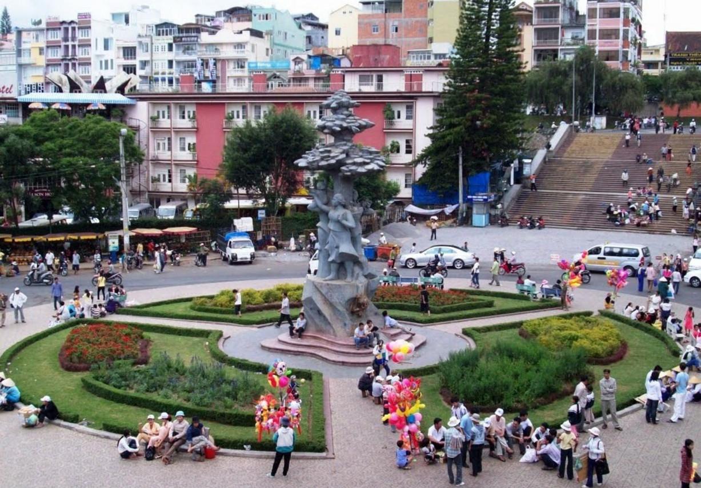 Площадь города с клумбами