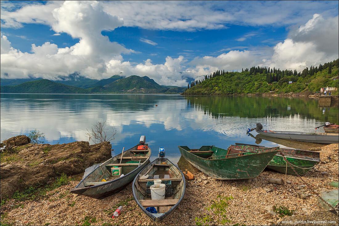 Деревяные лодки у озера