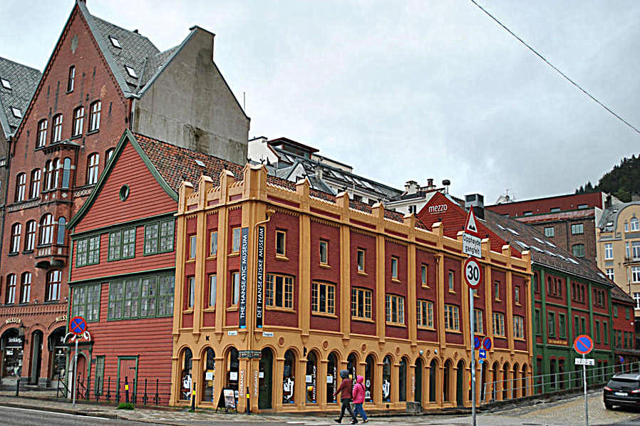 Фасад музея Ганзейского союза и Шётстюэне