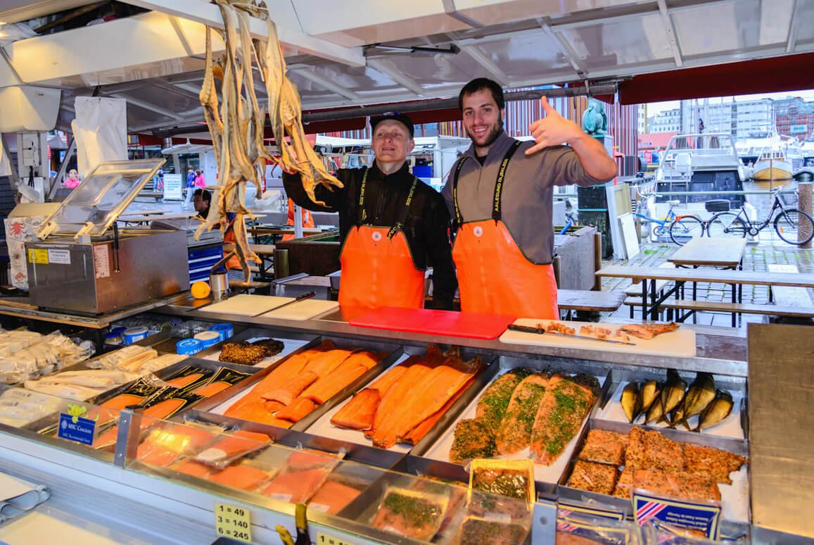 Фото: продавцы на рыбном рынке Бергена