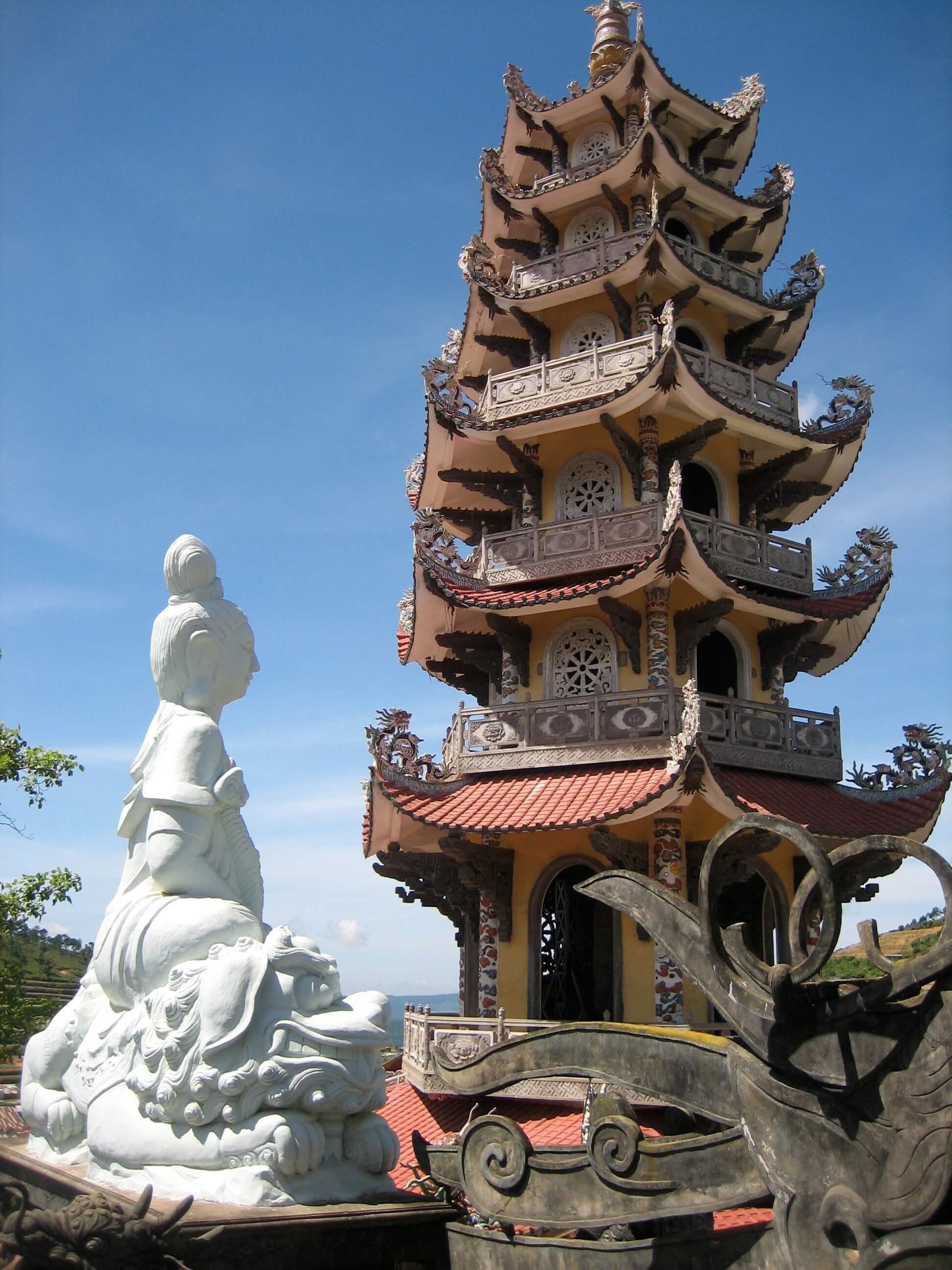 Колокольня Linh Phuoc Pagoda