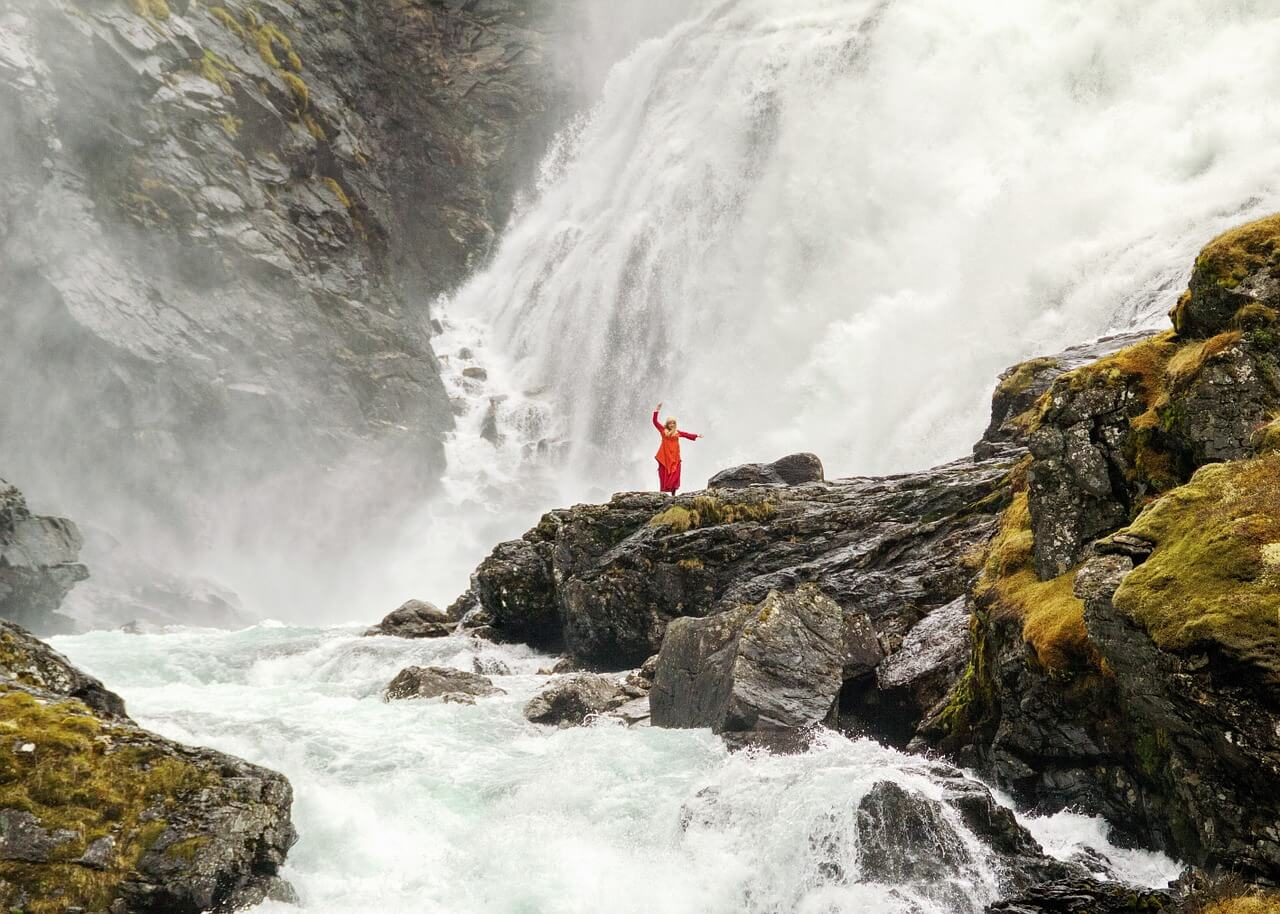 Девушка на фоне Kjosfossen