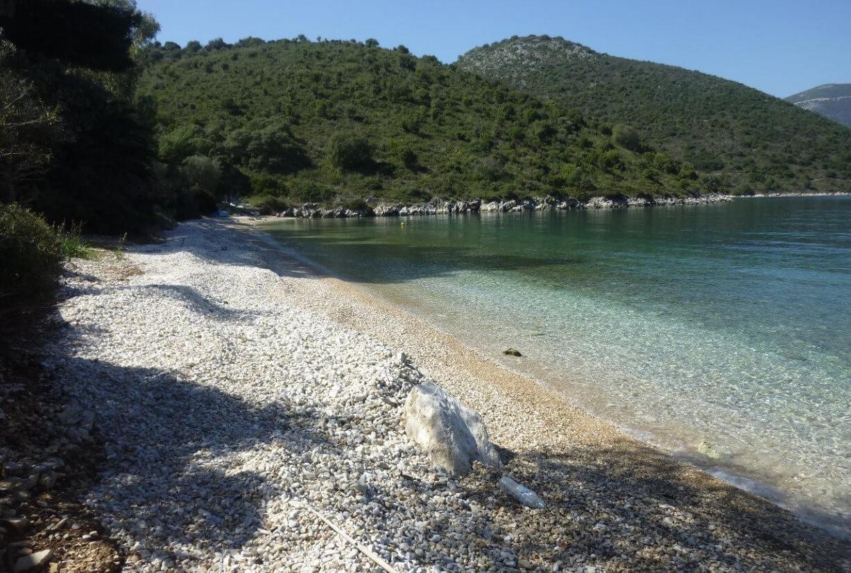 Mnimata - галечный пляж острова