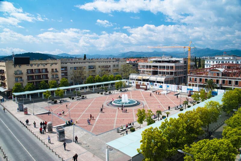 Фото: центральная площадь с фонтаном