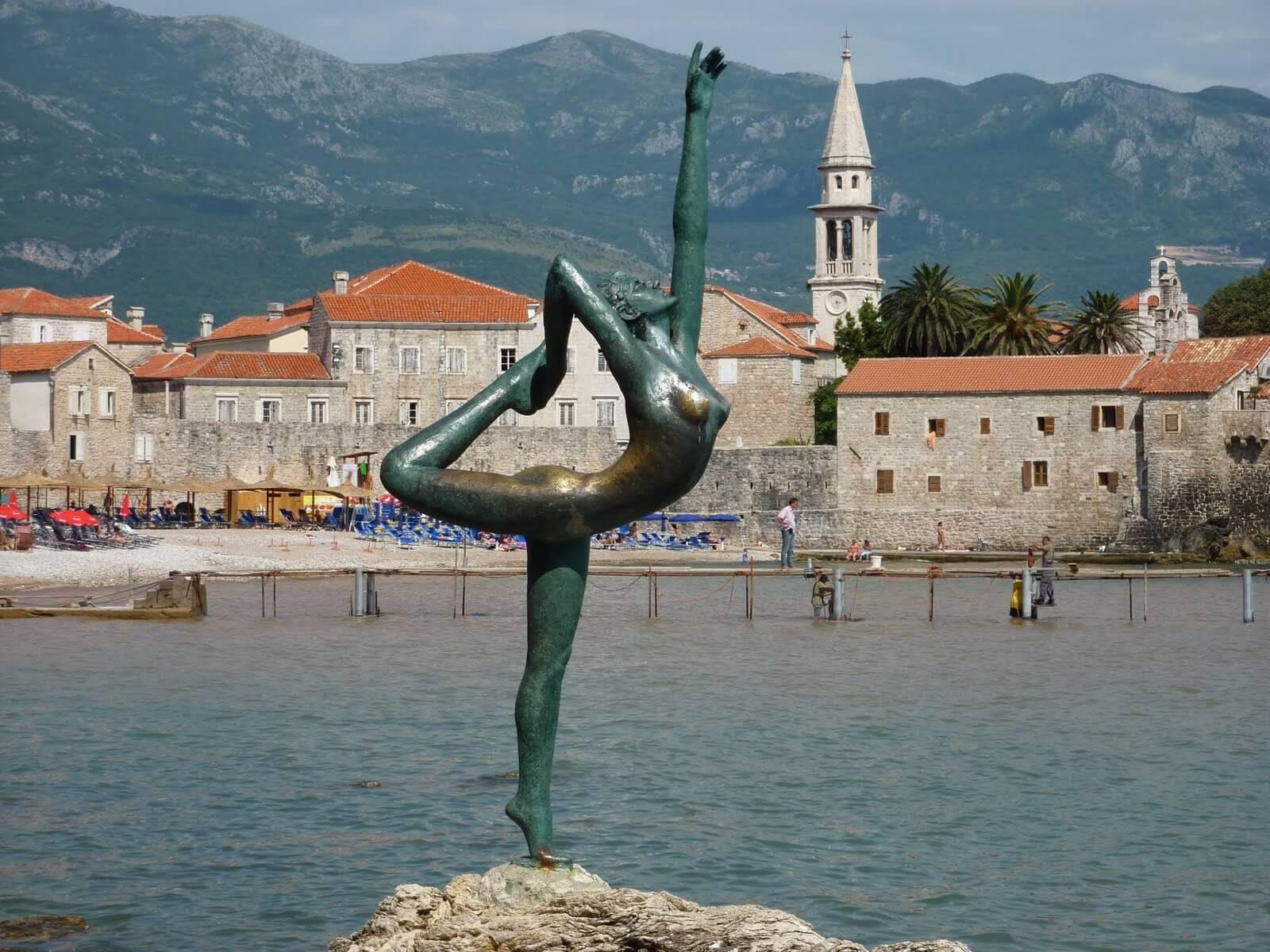Символ Будвы - статуя балерины