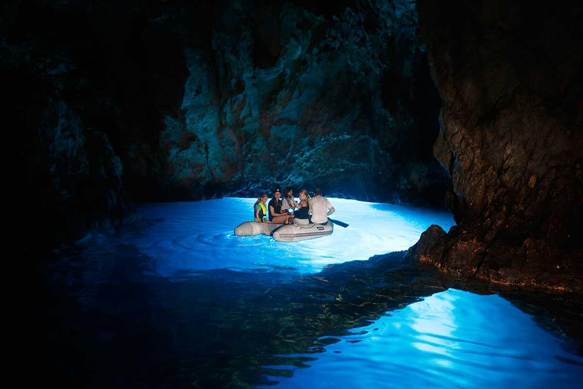 Фото: достопримечательность Голубая пещера