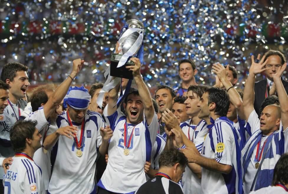 Футбольная сборная после победы на Евро 2004