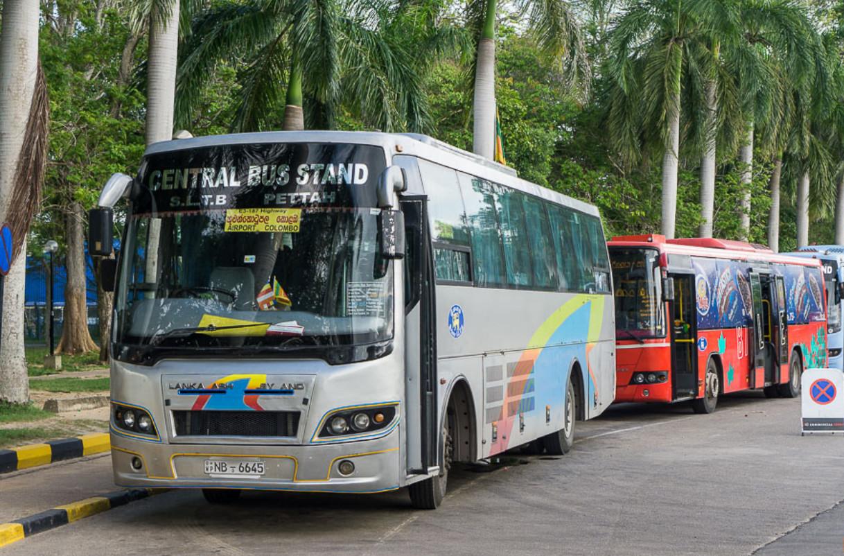 Автобусы у аэропорта Коломбо