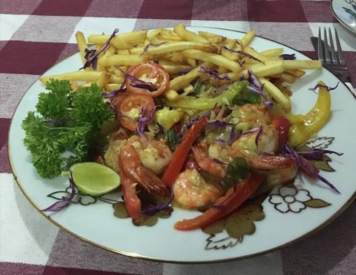 Креветки с овощами и картошкой фри