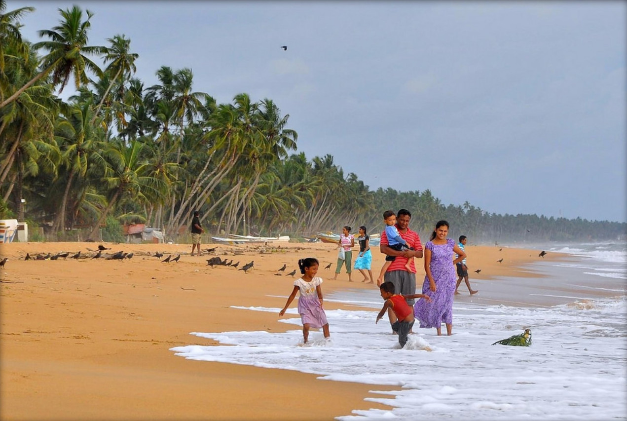 Ланкийцы на берегу океана в Ваддуве