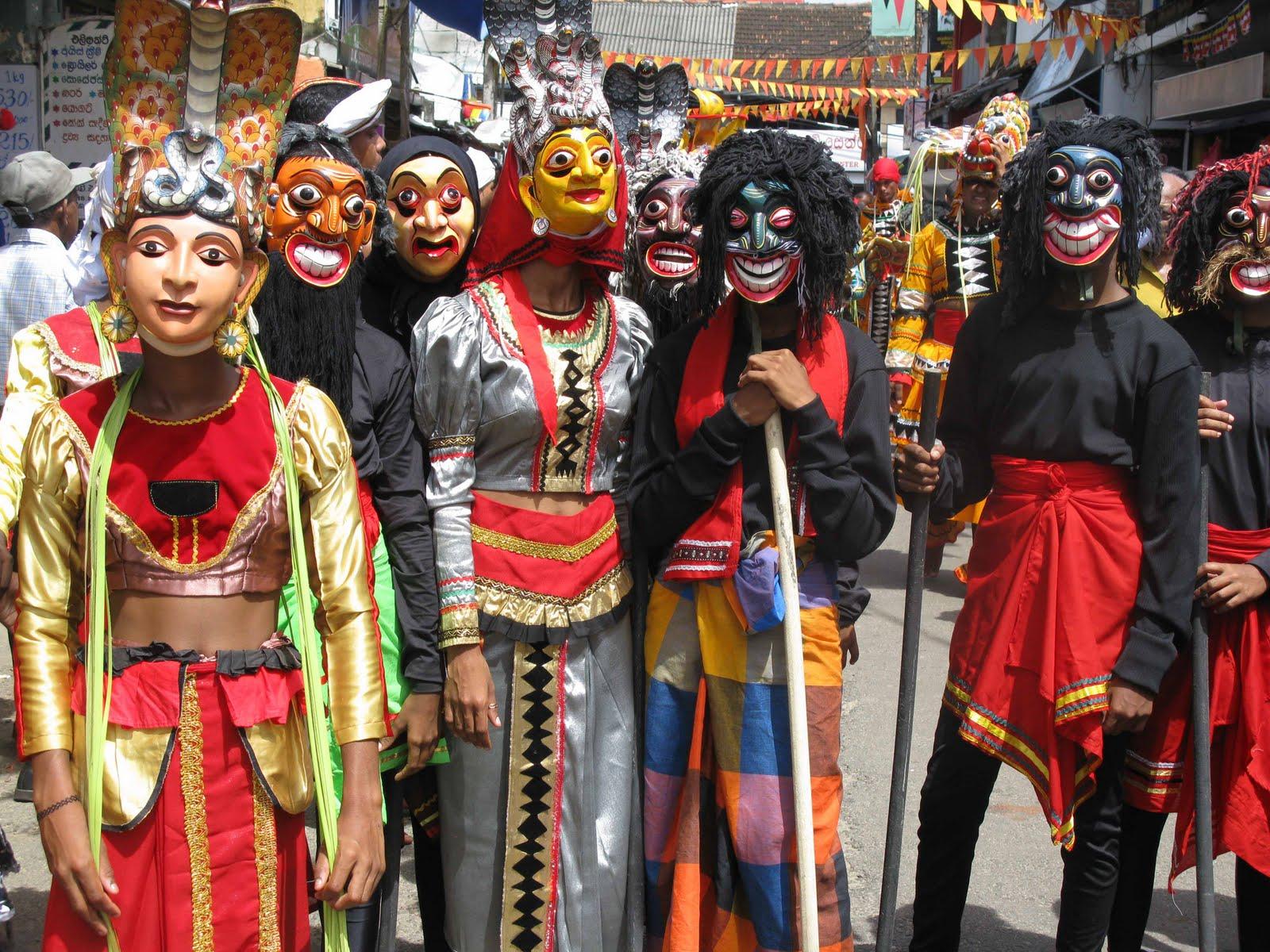 Фото: ланкийцы в деревяных масках