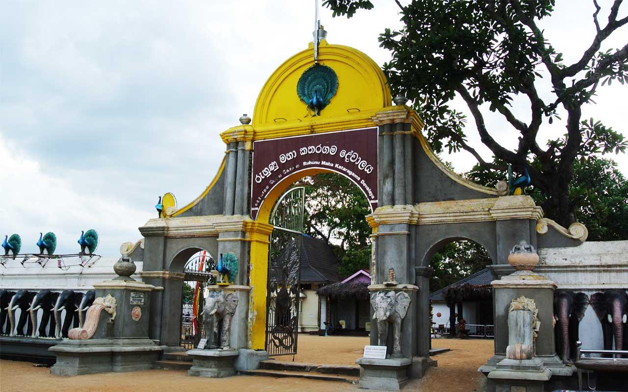 Фото: главные ворота в храм Катиркамам