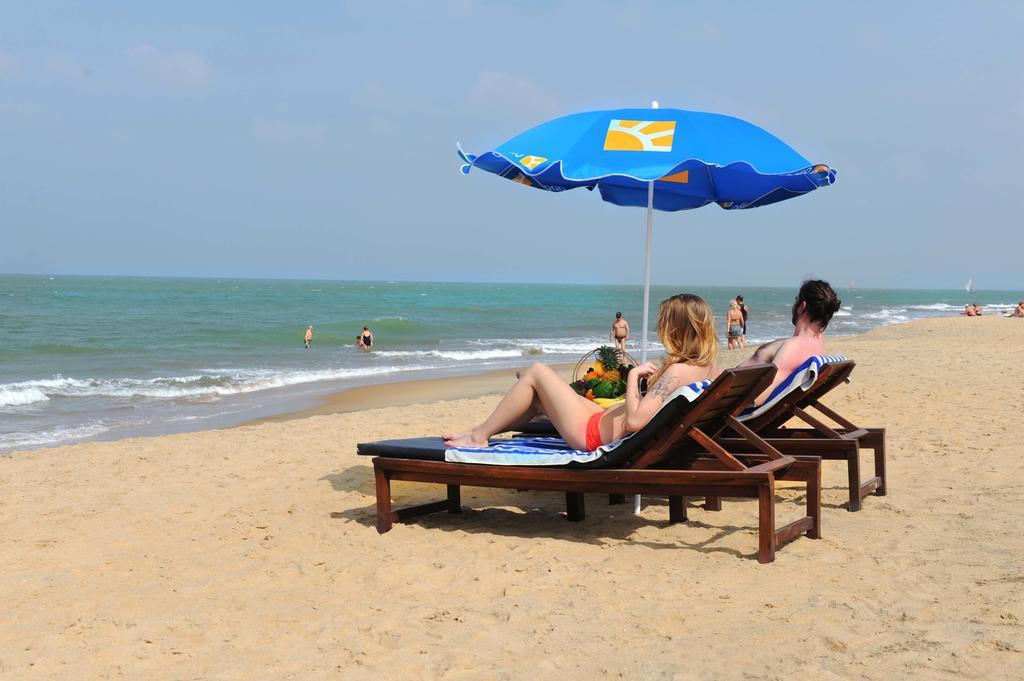 Отдыхающие на пляже Негомбо