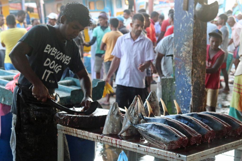 Продавец на местном рыбном рынке