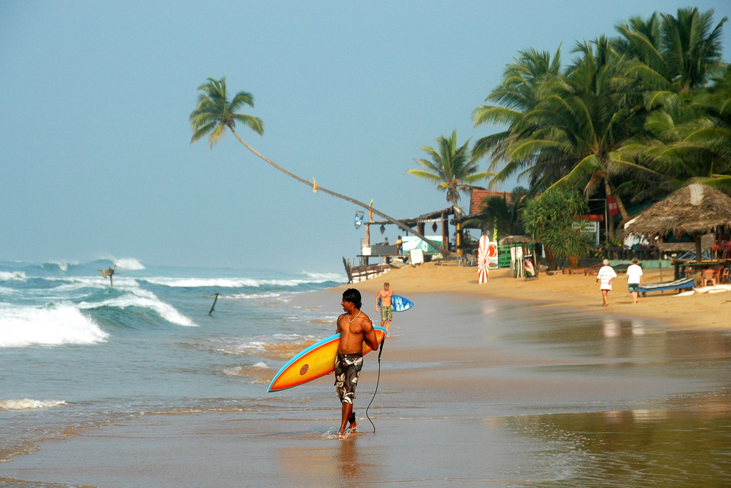 Пляж Наригама с большими волнами