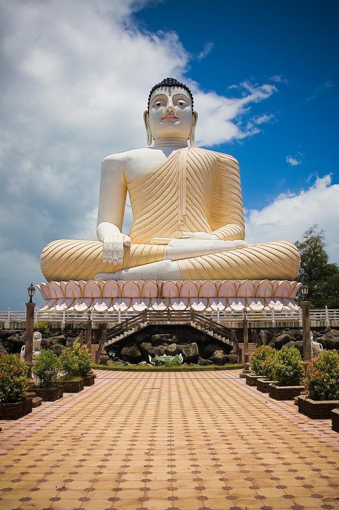 Фото: статуя сидящего Будды в одном из храмов Бентоты