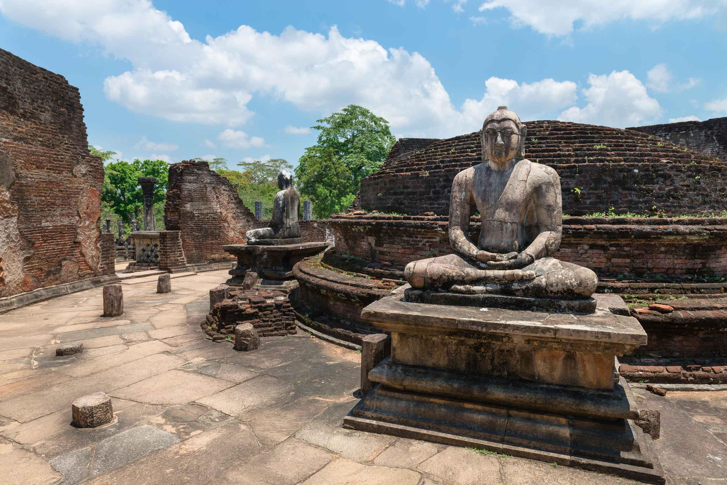 Скульптура Будды среди развалин в Анурадхапуре