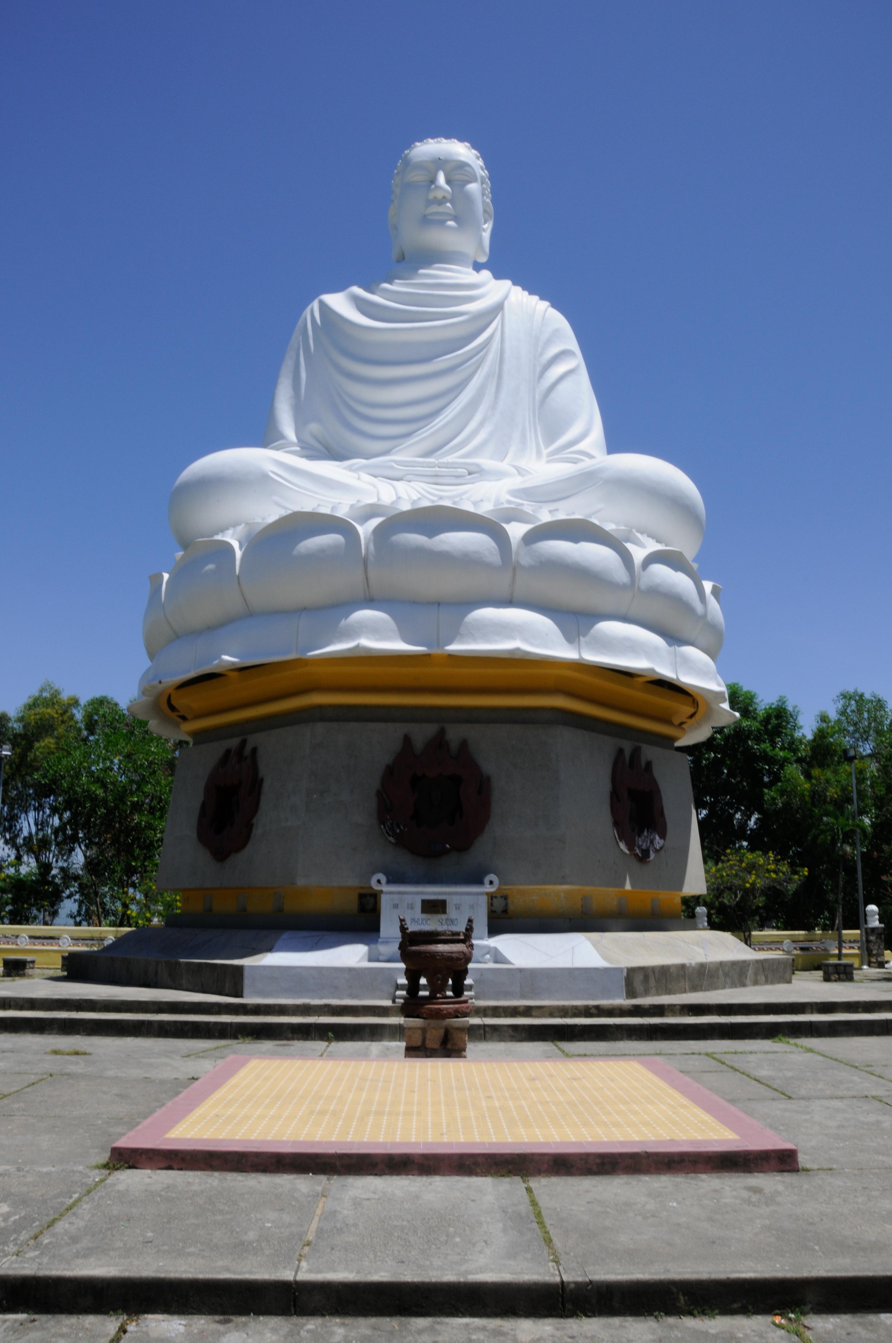 Фото: статуя сидящего Будды