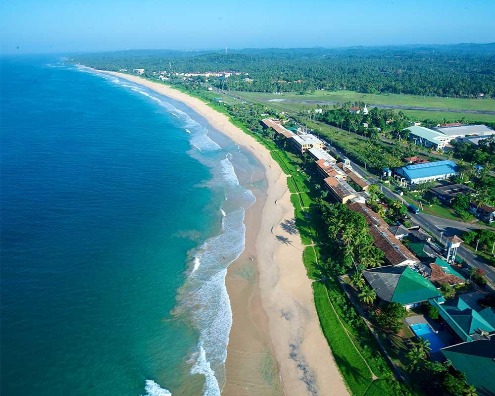 Пляж Коггала длинный и чистый