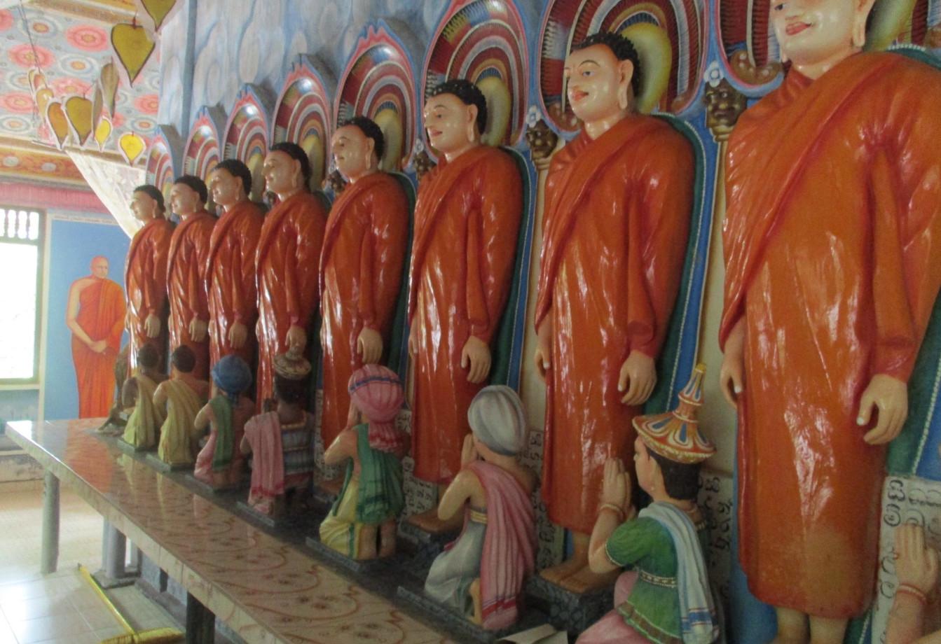 Внутри храма на острове озера Коггала