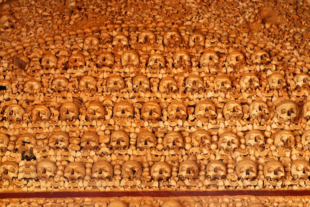 Фото: стена из черепов в Капелле