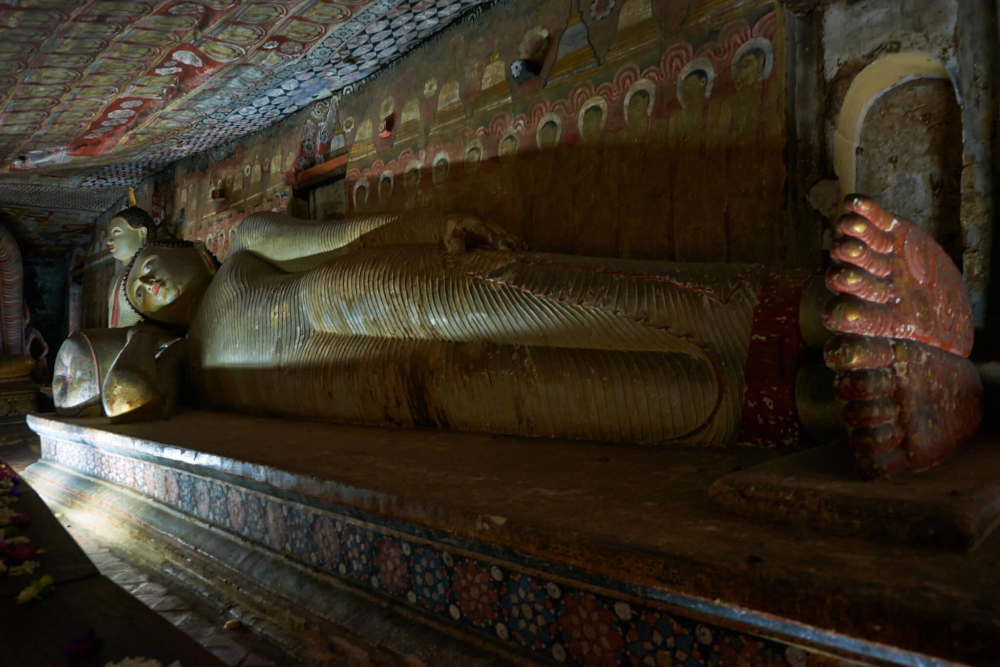Лежащий Будда в пещере Дева Раджа Вихария