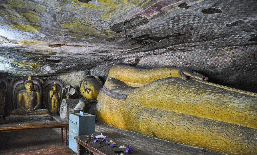 Фото: фигура Будды в пещере Девана Алут