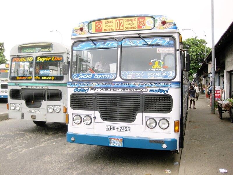 Автобус 02, на котором можно доехать из Коломбо до Бентоты
