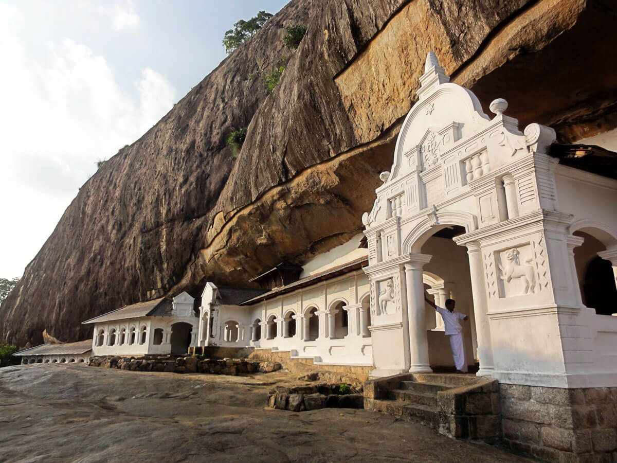 Пещерный храм Дабуллы снаружи