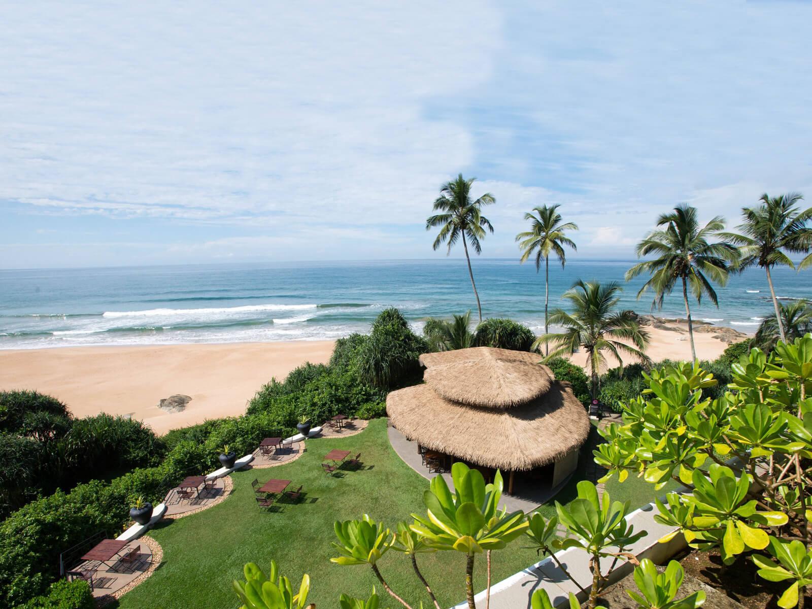 Территория отеля Vivanta By Taj и вид на пляж