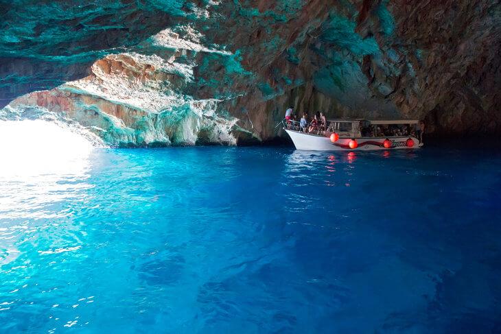 В гроте Голубая пещера